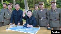 朝鲜领导人金正恩检查Pukguksong-2型中远程弹道导弹发射(2017年5月22日)