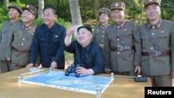 김정은 북한 국무위원장이 '북극성-2형' 탄도미사일 시험발사를 참관했다고 22일 관영 조선중앙통신이 전했다.