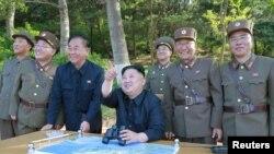 Nhà lãnh đạo Bắc Triều Tiên chứng kiến việc phóng phi đạn Pukguksong-2's (ảnh do Thông tấn xã KCNA công bố ngày 22/5/2017)