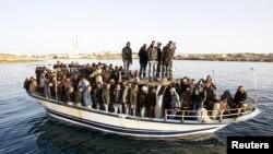 ບັນດາຄົນລັກເຂົ້າເມືອງຜິດກົດໝາຍ ຈາກອາຟຮິກກາເໜືອ ກໍາລັງໄປເເຖິງເກາະ Lampedusa ໃນພາກໃຕ້ຂອງອີຕາລີ.