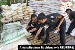 Petugas bea cukai memeriksa kantong pupuk, sebagian dari 30 ton disita dari kapal dari Malaysia, di kantor bea cukai di Denpasar, Bali, 22 September 2016. (Foto: Antara/Nyoman Budhiana via REUTERS)