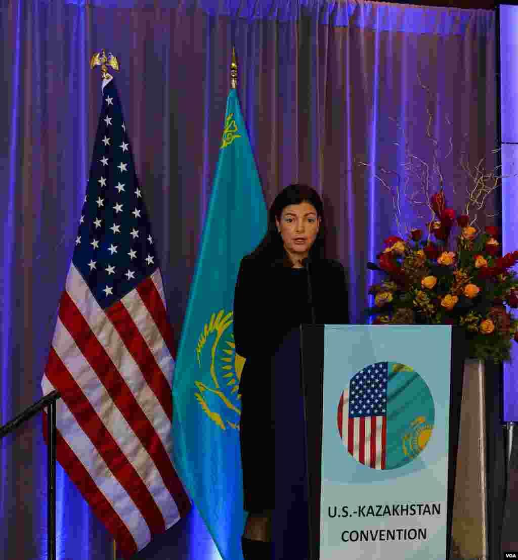 Senator Kelli Ayot (Nyu-Gempshir shtatidan, Respublikachilar partiyasining a'zosi) AQSh-Qozog'iston konvensiyasida so'zlamoqda, Vashington, 11-dekabr, 2013-yil
