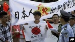 13일 중국 베이징 주재 일본 대사관 앞에서 영유권 분쟁에 항의하는 반일 시위가 벌어졌다.