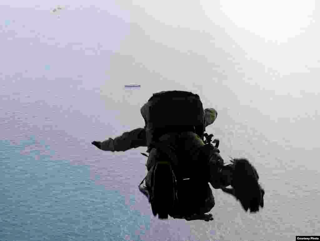 救援人员跃下飞机的瞬间(美国空军提供)