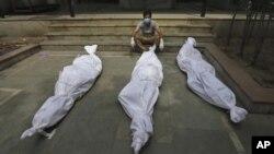 ARHIVA - Vreće sa posmrtnim ostacima žrtava Kovida 19 u Indiji (Foto: AP)