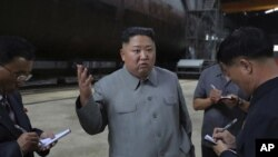 Ông Kim Jong Un thăm tàu ngầm hôm 23/7/2019.