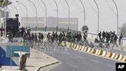 Lực lượng an ninh Iraq đóng một cây cầu dẫn đến Khu vực Xanh được canh gác cẩn mật