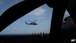 Un helicóptero militar estadounidense despega de la cubierta de vuelo del portaaviones USS Carl Vinson en el Golfo Pérsico, el jueves 19 de marzo de 2015.