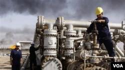 Basra yakınlarındaki Rumelya petrol rafineresinde çalışan Iraklı işciler