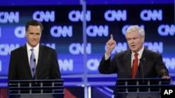 Mitt Romney (à gauche) et Newt Gingrich lors d'un débat
