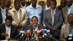 ທ່ານ Kalonzo Musyoka (ກາງ) ຊຶ່ງເປັນຮອງປະທານາທິບໍດີໃນປັດຈຸບັນ ແລະ ຜູ້ສະໝັກເປັນຮອງປະທານາທິບໍດີ ຮ່ວມກັບນາຍົກລັດຖະມົນຕີ Kenya ທ່ານ Raila Odinga f ກ່າວຄໍາປາໄສ ຢູ່ກອງປະຊຸມຖະແຫລງຂ່າວ ທີ່ກຸງໄນໂຣບີ ຂອງເຄັນຢາ ໃນວັນທີ 7 ມີນາ 2013.