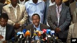 Cawapres Kenya, Kalonzo Musyoka (tengah), pasangan PM Raila Odinga dalam pilpres Kenya berbicara dalam jumpa pers di Nairobi, Kenya (7/3).