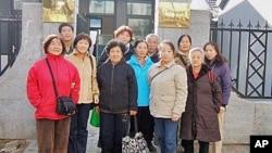 十名独立参选人和一名助选人11月21日在北京东城区政府行政复议接待室门前合影