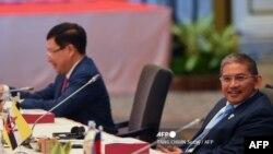 Menteri Luar Negeri dan Perdagangan Kedua Brunei Erywan Yusof (kanan) menghadiri pertemuan para Menteri Luar Negeri ASEAN menjelang KTT ASEAN ke-34 di Bangkok pada 22 Juni 2019. (Foto: AFP/Tang Chin)