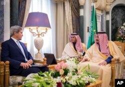 沙特阿拉伯官方通讯社提供的照片显示美国国务卿克里在沙特阿拉伯会见了沙特国王萨勒曼(右,2016年12月18日))