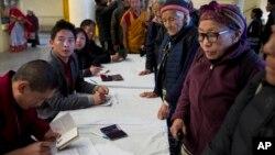 2016年3月20日印度達蘭薩拉: 流亡藏人為投票登記證件。 (資料照)
