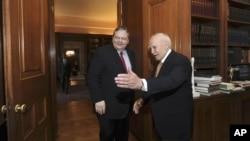 Presiden Yunani Karolos Papoulias (kanan) menyambut kedatangan ketua partai Sosialis, Evangelos Venizelos untuk pertemuan di kantornya hari Minggu (12/5).