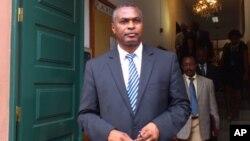 Abel Chivukuvuku, dirigente da CASA à saída do Tribunal Constitucional (Arquivo)