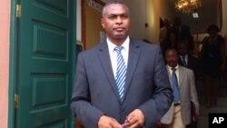 Abel Chivukuvuku, dirigente da CASA-CE à saída do Tribunal Constitucional