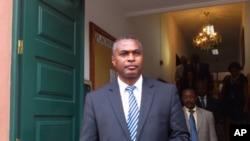 Abel Chivukuvuku, dirigente da CASA à saída do Tribunal Constitucional