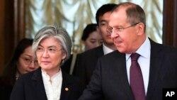25일 러시아 모스크바를 방문한 강경화 한국 외교장관(왼쪽)이 세르게이 라브로프 러시아 외무장관과 함께 회담장으로 향하고 있다.