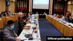 အစိုးရကိုယ္စားလွယ္အဖြဲ႕နဲ႔ NCA-S EAO ကိုယ္စားလွယ္အဖြဲ႔ တို႔ရဲ႕ ညႇိႏိႈင္းအစည္းအေဝးပဲြကို ရန္ကုန္ၿမိဳ႕ရွိ NRPC ရံုးမွာ က်င္းပတဲ့ ျမင္ကြင္း။ (ဓာတ္ပံု - ဇြန္ ၂၅၊ ၂၀၂၀ - Hla Maung Shwe's Facebook)