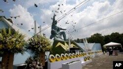 Нагасакі, Статуя миру і голуби (архівне фото)