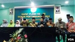 Dewan Pertimbangan Majelis Ulama Indonesia (MUI) di kantornya, Rabu (24/4) meminta penyelenggara pemilihan umum, termasuk KPU, serta aparat keamanan untuk bertindak jujur dan adil ketika menghitung dan merekapitulasi suara. (VOA/Fathiyah)