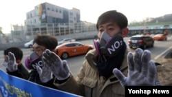 지난 16일 서울 남산1호터널 앞에서 서울환경운동연합 회원들이 '황사 및 미세먼지로부터 시민건강 지키기' 캠페인을 벌이고 있다.