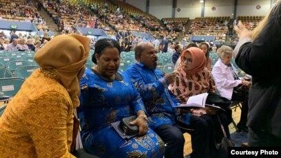 Gubernur Papua Lukas Enembe bersama istri (baju biru) saat menghadiri acara wisuda di Universitas Corban, Oregon, Amerika.