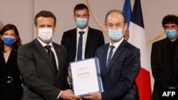 Président Emmanuel Macron (g) asimbi rapport ya misala ya France na génocide ya Rwanda, na mokambi ya commission ya ba historiens Vincent Dulert, na Palais ya Elisée, Paris, France, 26 mars 2021.