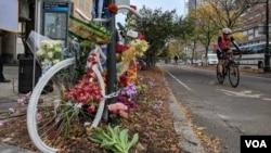 Jedan od brojnih improvizovanih spomenika žrtvama napada na biciklističku stazu koji se dogodio u utorak, nalazi se na uglu Ulice Čembrs i autoputa Vest sajd, u Njujorku, 2. novembra 2017.