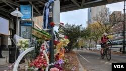 美国纽约市恐怖袭击案遇害者的一个简易悼念处放满了鲜花