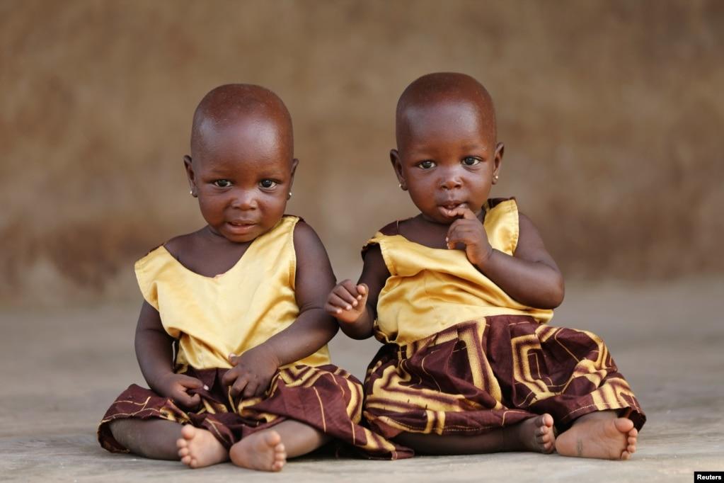 나이지리아 오요 주 이그보 오라에서 쌍둥이가 포즈를 취하고 있다.