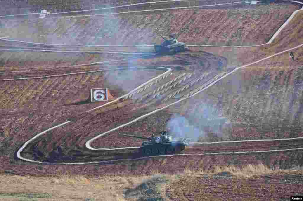 북한 김정은 국무위원장이 인민군 탱크병경기대회를 참관했다고, 지난해 3월 관영 조선중앙통신이 보도했다.