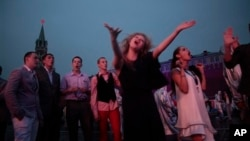 Выпускники школ на Красной площади после выпускного вечера. Москва. Россия. 24 июня 2012 г.