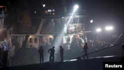 Rescatistas sobre el casco del barco hundido en el río Yangtzé.