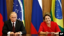 Russia's President Vladimir Putin (l) with Brazil's President Dilma Rousseff during an agreement signing ceremony at Planalto Presidential Palace in Brasilia, Brazil, July 14, 2014.
