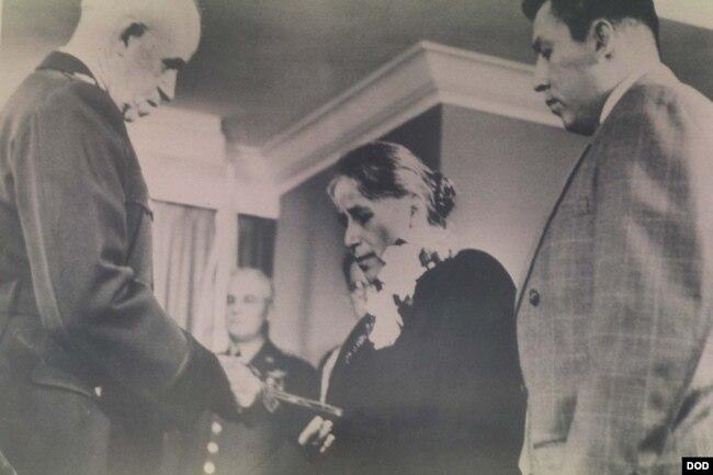 1951년 4월 3일 미국 워싱턴 국방부 건물에서 고 미첼 레드 클라우드 주니어 육군 상병의 어머니인 릴리언 '넬리' 레드 클라우드 여사가 아들을 대신해서 명예 메달을 받았다.