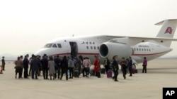 지난해 3월 북한 평양 순안공항에 착륙한 고려항공 An-148 기종 여객기에서 승객들이 내리고 있다.