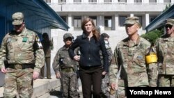 Duta Besar Amerika untuk PBB Samantha Power mengunjungi Zona Demiliterisasi di Panmunjom, di sisi Korea Selatan hari Minggu (9/10).