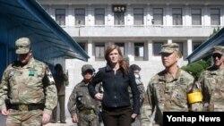 美国驻联合国大使萨曼莎·鲍尔和美国军人在韩国和朝鲜之间的板门店停战村南侧(2016年10月9日)