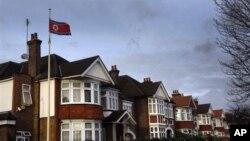 지난해 12월 김정일 사망 당시 조기를 계양한 영국 런던 주재 북한 대사관. (자료사진)