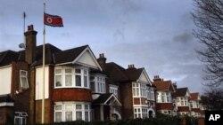 2011년 12월 김정일 사망 당시 조기를 계양한 영국 런던 주재 북한 대사관. (자료사진)