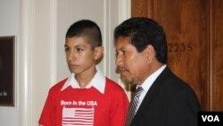 Saúl es ahora un adolescente que lucha por la reforma migratoria [Foto: Mitzi Macias, VOA].