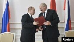 Tổng thống Belarus Lukashenko (phải) và Tổng thống Nga Putin trong một buổi lễ ký kết ở Minsk