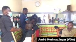 Les coiffeurs en activité à N'Djamena, le 11 juin 2019. (VOA/André Kodmadjingar)
