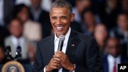바락 오바마 미국 대통령이 14일 루이지애나 주 바톤루즈 시 맥킨리 고등학교에서 연설하고 있다.