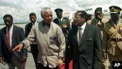 ອະດີດປະທານາທິບໍດີ ອາຟຣິກາໃຕ້ ທ່ານ Nelson Mandela (ຄົນກາງ) ອາຍຸ 93 ປີ ໄດ້ເຂົ້ານອນທີ່ໂຮງ ພະຍາບານ