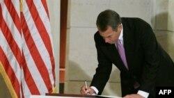 Predsednik Predstavničkog doma Džon Bejner upisuje se u knjigu žalosti za žrtvama pucnjave u Tusonu, u zgradi Kapitola 12. januara 2011.